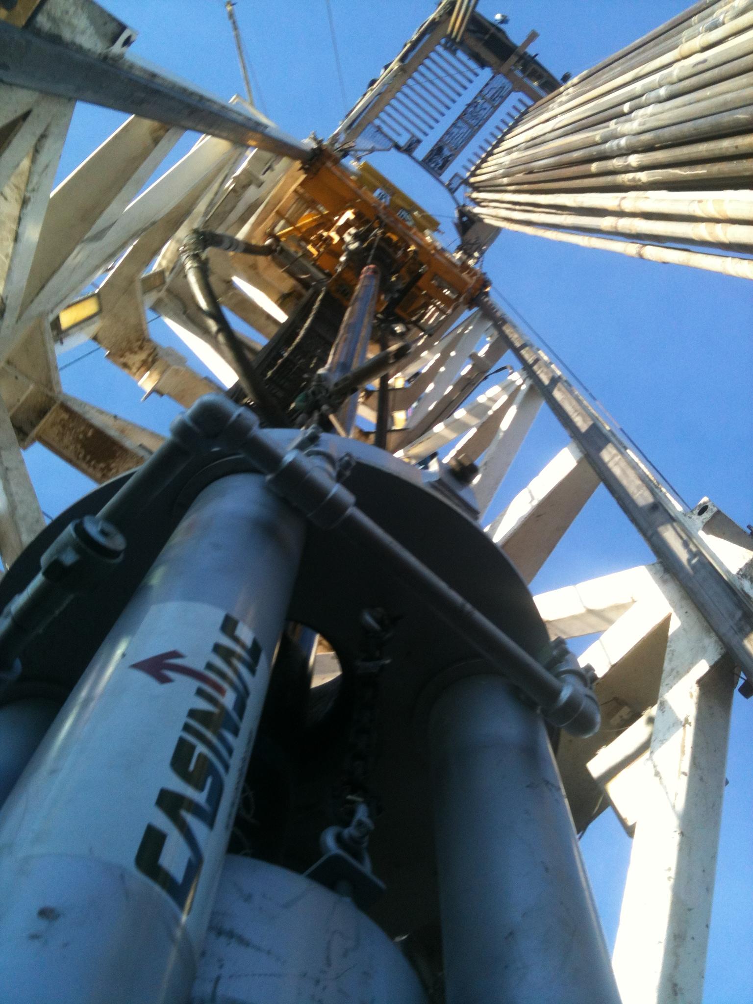 Model 282 casing jack set on drilling rig floor