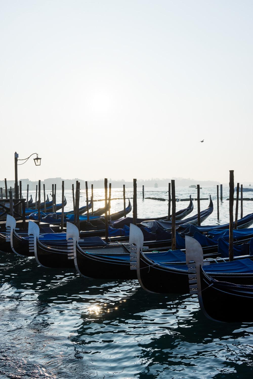 góndolas al amanecer en Venecia