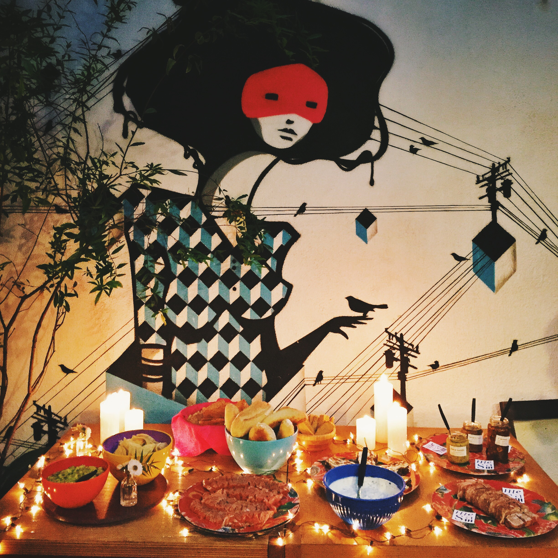 A mesa completa, antes de ser atacada pelos convidados. Luzinhas de Natal e velas criaram o clima!