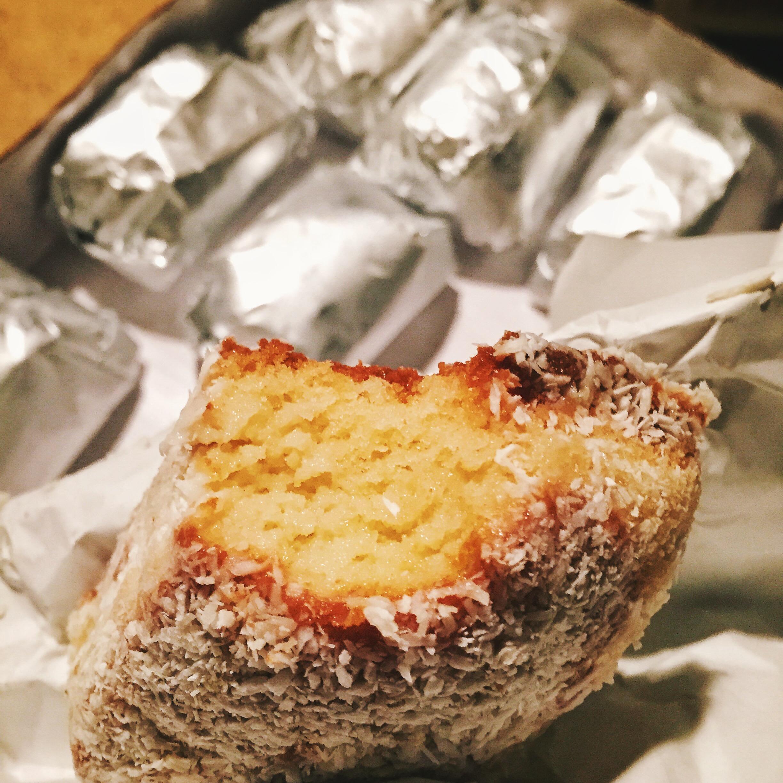 Para fechar a noite, oclássicoe nostálgico bolo de coco gelado da  La Vie en Douce , embrulhado em papel alumínio, foi a pedida perfeita: uma festa inteira sem sujar nenhum prato! Que venham as próximas!