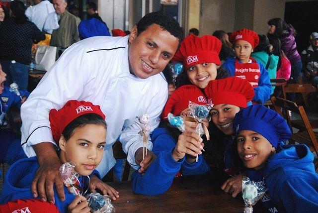 Com curadoria do @chefeudes, o VII Arraial Gastronômico do @projetobuscape reunirá os chefs @rodrigomocoto, @marcelocorreabastos, @ivanralstonb, @flaviomiyamura, @belcoelho, @cabertolazzi, @daltonrangel, @oscar_bosch e Paulo Yoller, além da confeiteira Marilia Zylbersztajn servindo pratos de 5 a 20 reais para arrecadar renda que será destinada à manutenção da sede do Projeto Buscapé, associação sem fins lucrativos que atua em benefício de crianças e adolescentes do litoral norte do estado de São Paulo. O evento, que também vai ter cervejas escolhidas pela Carolina Oda e vinhos pela Daniela Bravin, acontecerá na Praia de Boiçucanga, São Sebastião, nos dias 20, 21 e 22 de julho.