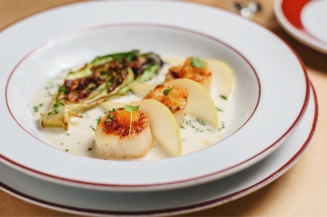 As vieiras do @tontonrestaurante ganharam uma versão mais invernal, com minialface romana grelhada, caldo de peixe e gengibre, fatias fininhas de pera, ovas de tobiko, beurre blanc e bacon 🥓