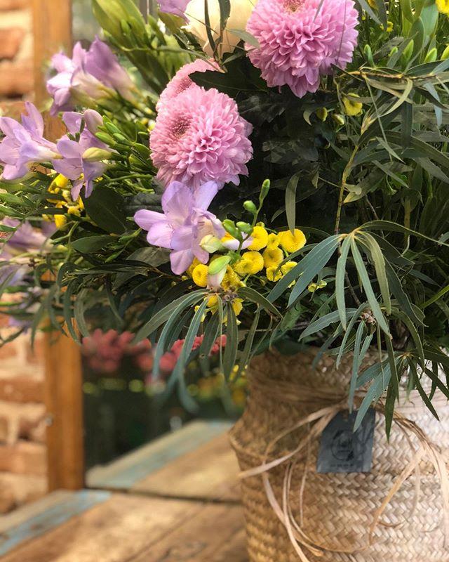 Nos encanta el efecto del esparto y las flores juntas . Y a ti que te parece ?  #florist #lover #loverflower #flowerdesign #afloremio