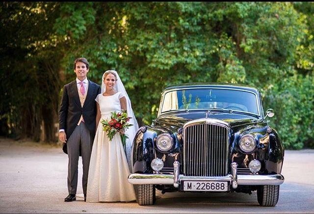 Divertida fotografía en @monasteriodelupiana de la boda de una de nuestras queridas novias . Que guapos están !!! #monasteriodelupiana #rolsroyce #luxurylifestyle #luxurydesign #event #flowerdesignevents #afloremio