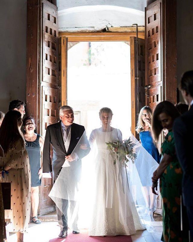 La llegada : Una de las partes más emocionantes de una bod, es la entrada de la novia a la iglesia @monasteriodelupiana . Captado ese instante tan corto y largo, con esa luz que nos deja ver e imaginar, con ese silencio de murmullos y nuestra bella novia acompañada del brazo de su padre. Recuerdos con mayúscula @liven_ph #instantaneo #weddingday #ceremonial #bodas2019 #weddingflowers #bodasafloremio #afloremio