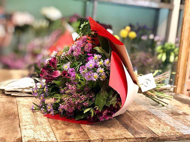 Las flores, una razón más para sentir la vida #livecolor #livecolorfully #flowerdaily #afloremiodesign #afloremio