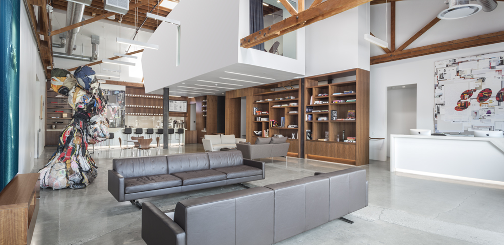 Relax, work or socialize in Smashbox Studios' reception area. Home to a world-class bar and cafe, fully stocked Creative Library and a commercial kitchen, this space is ideal for hosting events.