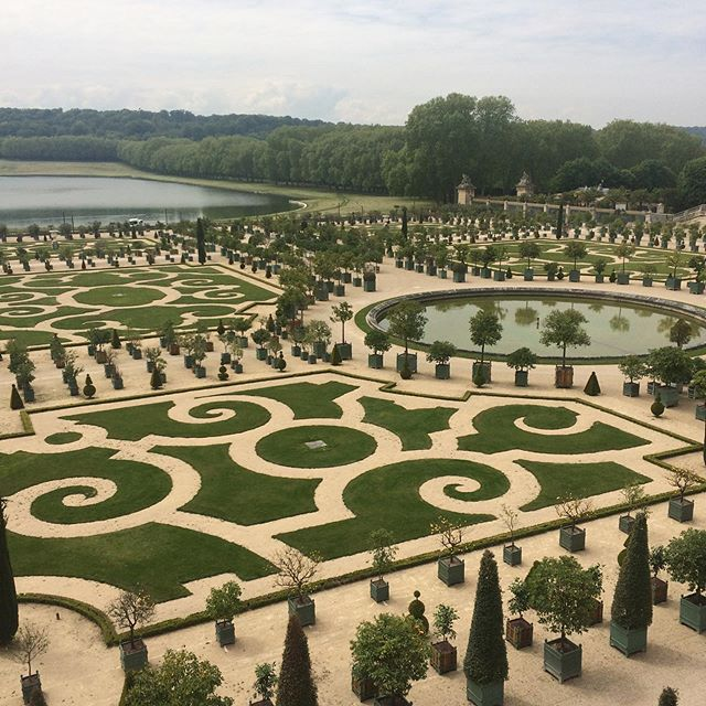 The musical gardens and the hall of mirrors.  #chateaudeversailles #jardinmusicaux