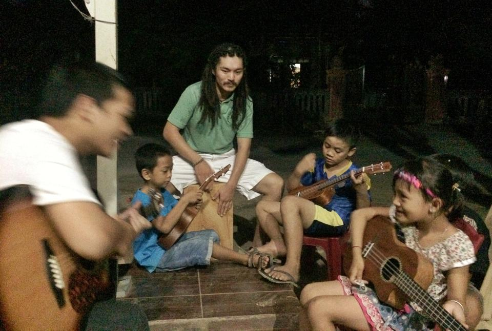 Pablo Yang conducting class with the children of Phong Nha