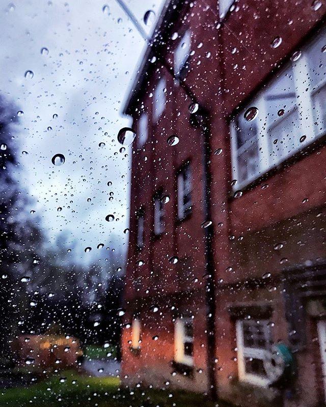 #rainyday #northamptonma #othersidema #rain #igers413 #igersmassachusetts #night #streetphotography #droplet #massachusetts #architecture #oldarchitecture