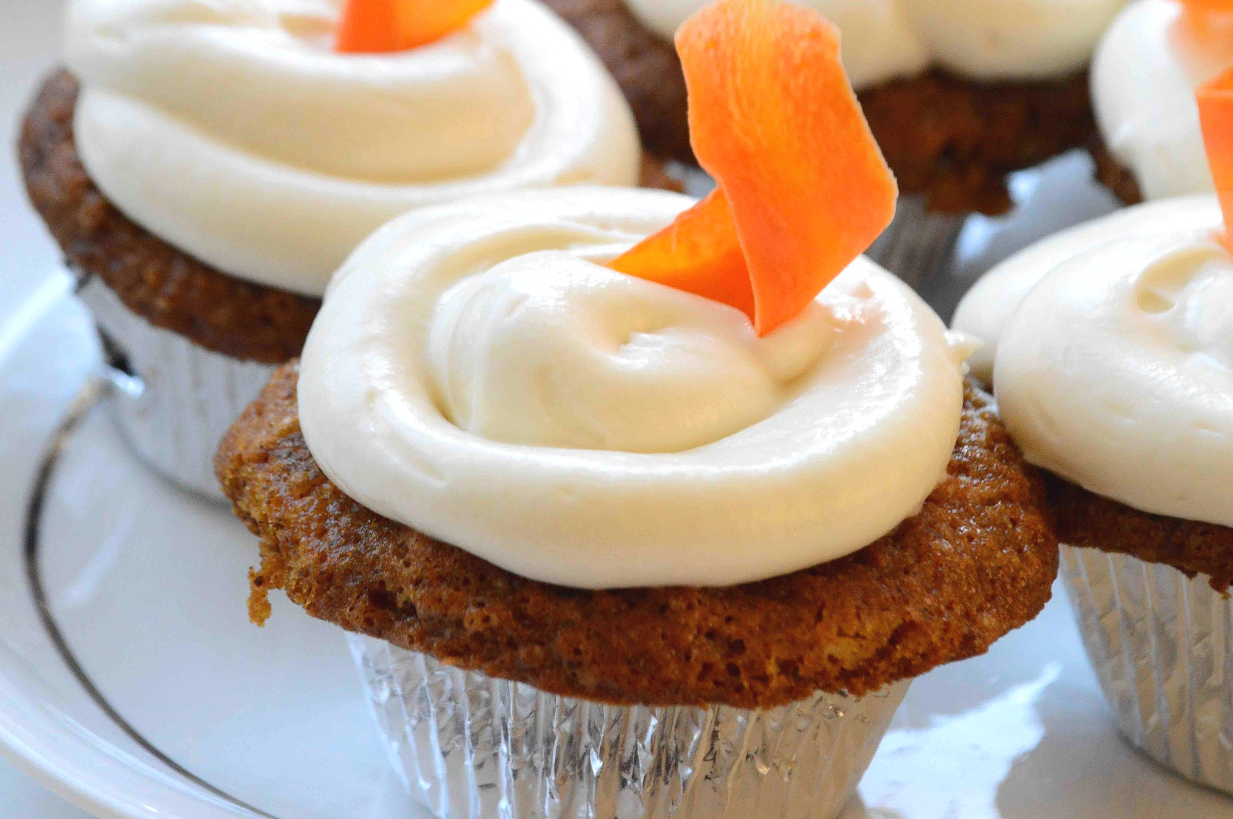 Carrot+Cake+Cupcakes+with+Cream+Cheese+Frosting+and+Candied+Carrot+Curls