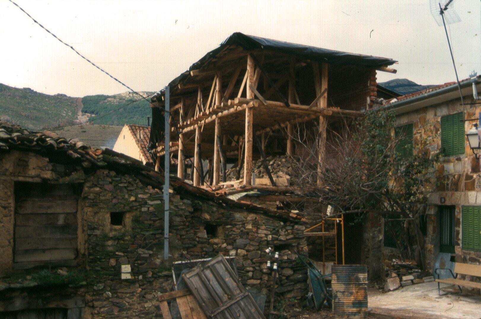 COLABORACIÓN EN LA CONSTRUCCIÓN DEESTRUCTURA Y TECHO