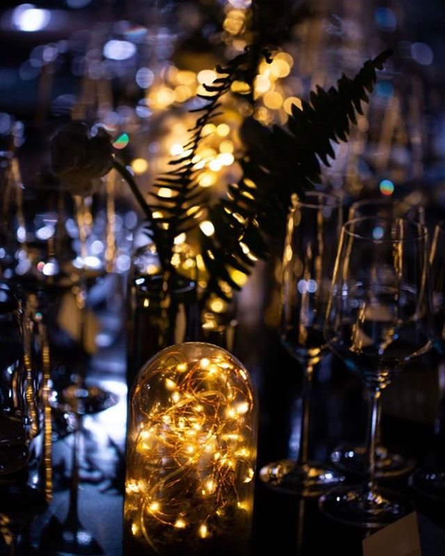 This event called for minimal florals... so we used cloche vases filled with fairy lights alongside single stem bud vases. The twinkling lights completed the whimsical atmosphere we aspired to create ✨