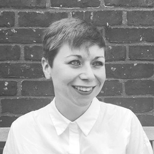 Lucy es Arquitecta y Educadora trabajando en Londres y Sarajevo, es fundadora y directora de la firma de arquitectura e investigación Projekt V Arhitektura. Ha colaborado en varios proyectos de alto perfil en Londres, así como en el Albert Museum y Victoria Museum. Su passion son los procesos del diseño colaborativo y su entrega.