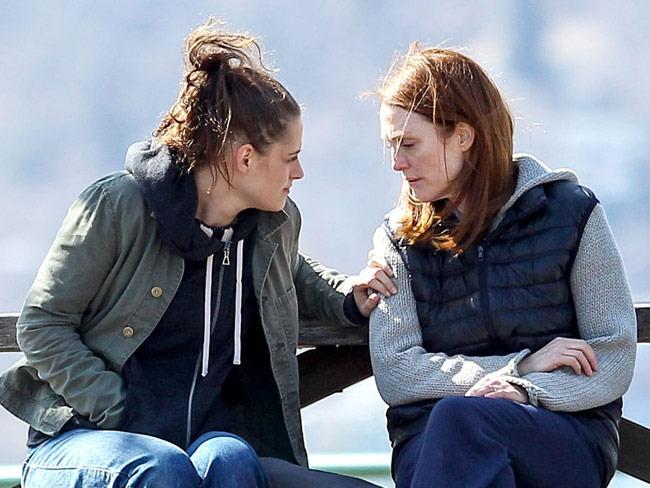 Kristen Stewart and Julianne Moore on the set of  Still Alice