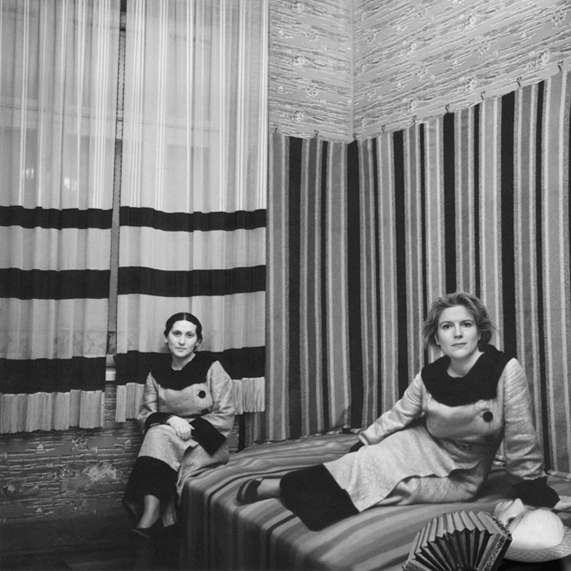 Jane Hammond, Zwei Frauen mit Streifen (detail), 2006.Selenium toned silver gelatin print, paper,14 x 11 inches. © Jane Hammond.