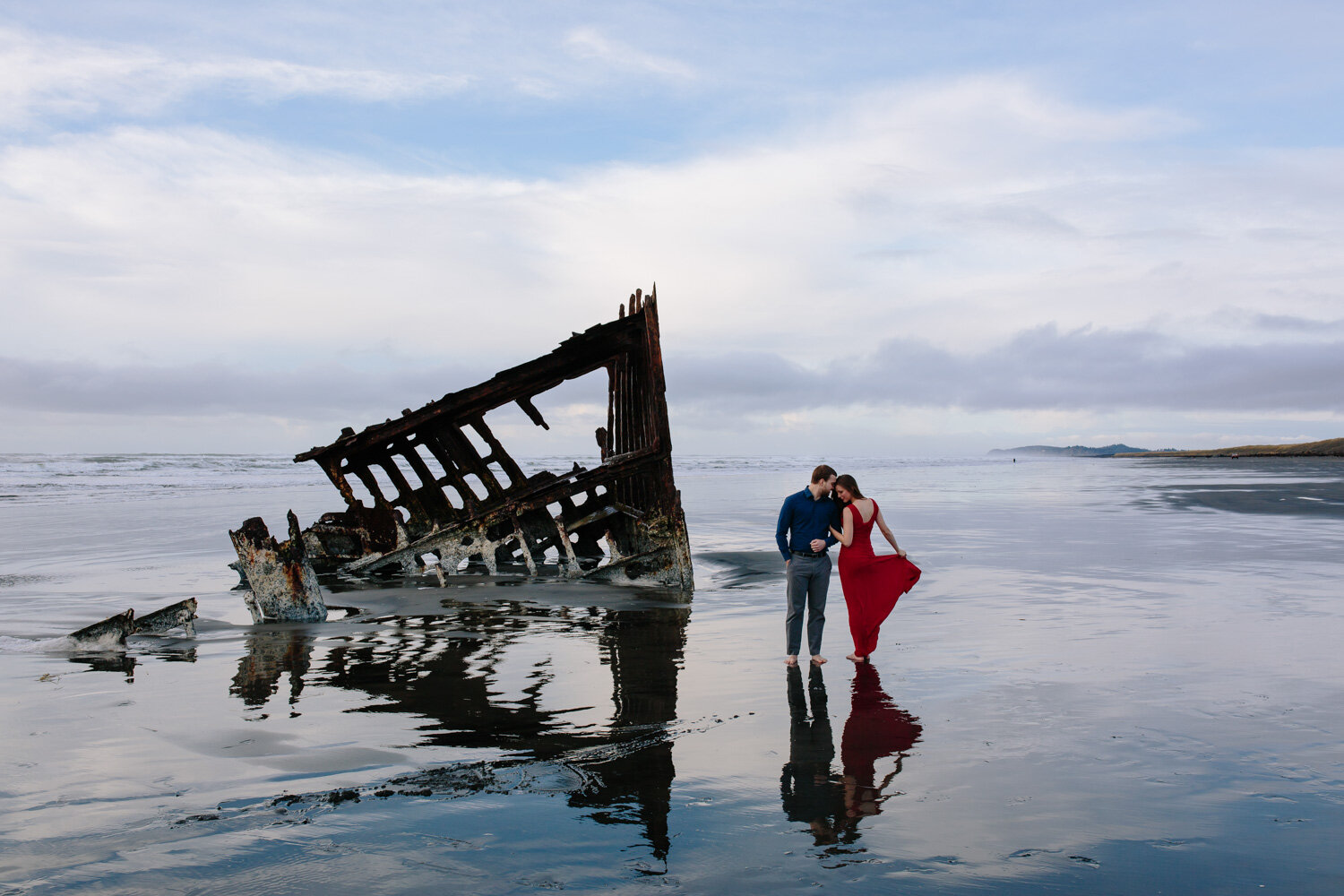 A stunning portrait of a couple on the Oregon Coast - Peter Ired
