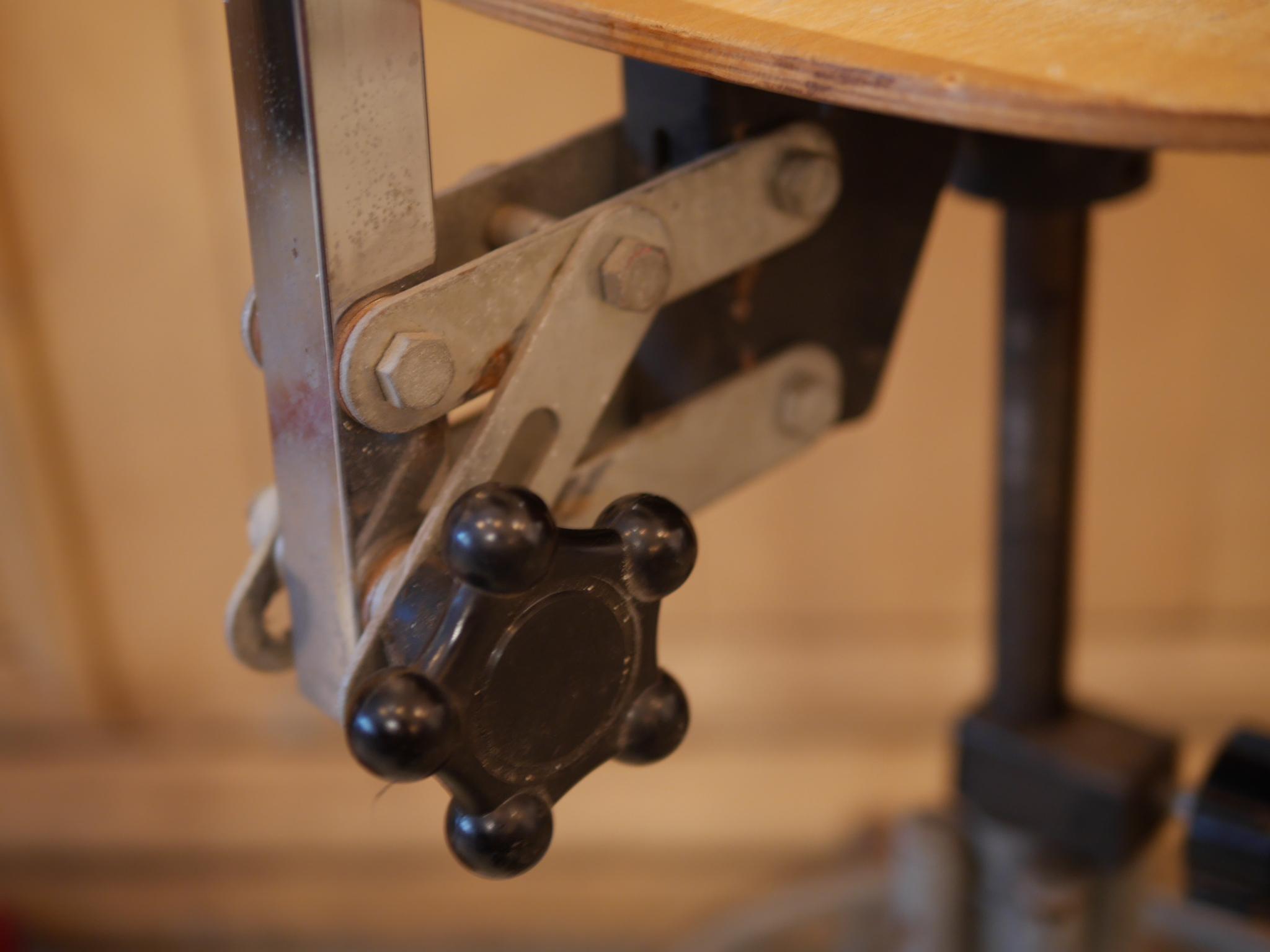 法國   【ANTIQUE 】  古五面玻璃吊燈     ANTIQUE FRENCH HANGING LAMP      PRICES:    $1,000     FROM:    法國     DESCRIPTION:    這是一盞古吊燈,   擁有五面的玻璃面。   包著五面玻璃的金屬框框已被銹化,