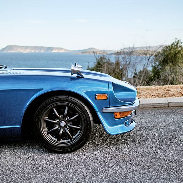 2 4 0 Z . . . #garagejournal #petrolicious #drivetastefully #classiccar #carsofinstagram #cars #carphotography #datsun #240z #fairlady #datsunz #motorsport #wantanabe #fujifilm #fuji #fujinon #xh1 #xf23mm #xf23mmf14 #23mmf14 📸: @stirling.effort 🚗: @bassula