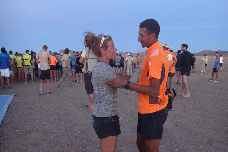 Brigitte mit Samir Akdar, einem marokkanischer Profiläufer, der beim Marathon des Sables den vierten Platz belegte.