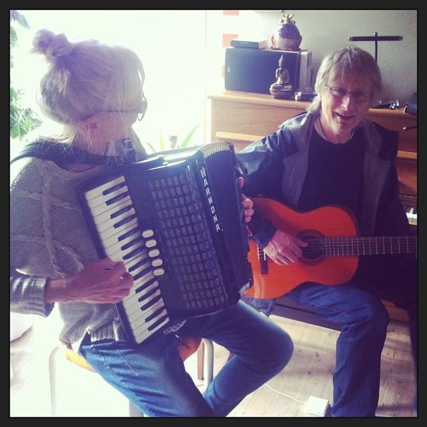 Trekkspill og gitar en lørdag morgen, 2013.Foto: Dagny