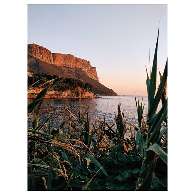 Quiétude d'hiver , Cassis . . . . . #igersprovence #cassis #marseille #vsco #sunset #sunset_pics #sunsetlovers #sunset_ig #calanques #calanquesdecassis #provence #travelphotography #travel #travelgram #bestmoment #quiet #quiet #instagood #sea #seascapes #wintersun #winter