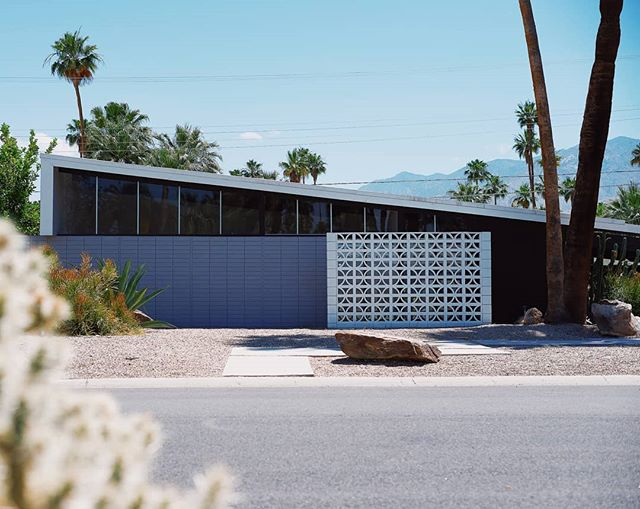 #modernismweek , Palm Springs 🌴 . . . . . #palmsprings #palmtrees #house #housedesign #housedecor #architecture #midcentury #midcenturymodern #travel #instatravel #usa #california #californiadreaming #californialove #vsco #modernism #visitcalifornia #vintage #retro