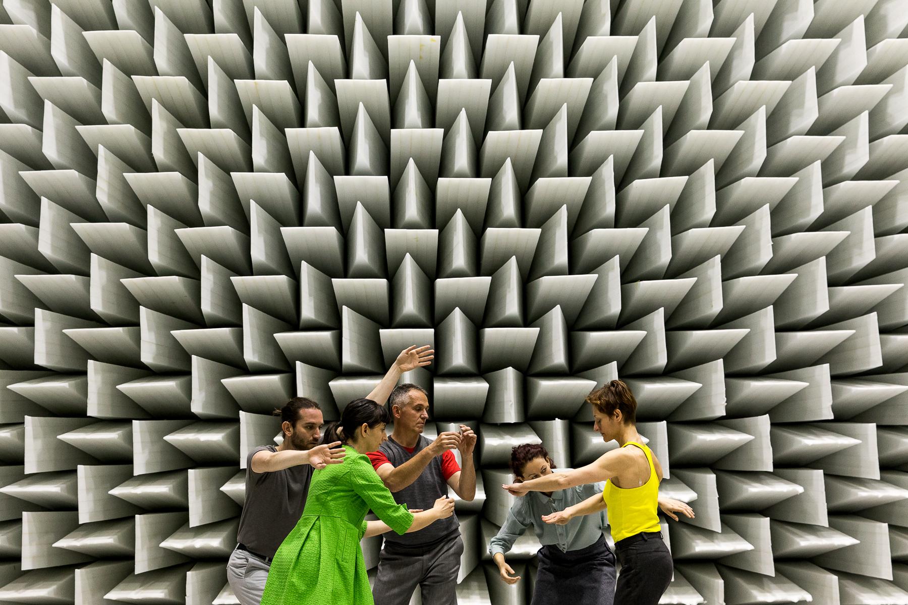 Foto scattata da  Giacomo Brini  nel corso della performance  CircolAzione  del gruppo Dance Off, presso la Camera Anecoica - Laboratorio MechLav dell'Università di Ferrara