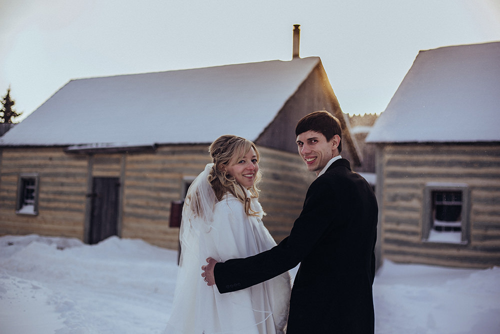 0010winter-wedding-fort-gibraltar-winnipeg.jpg
