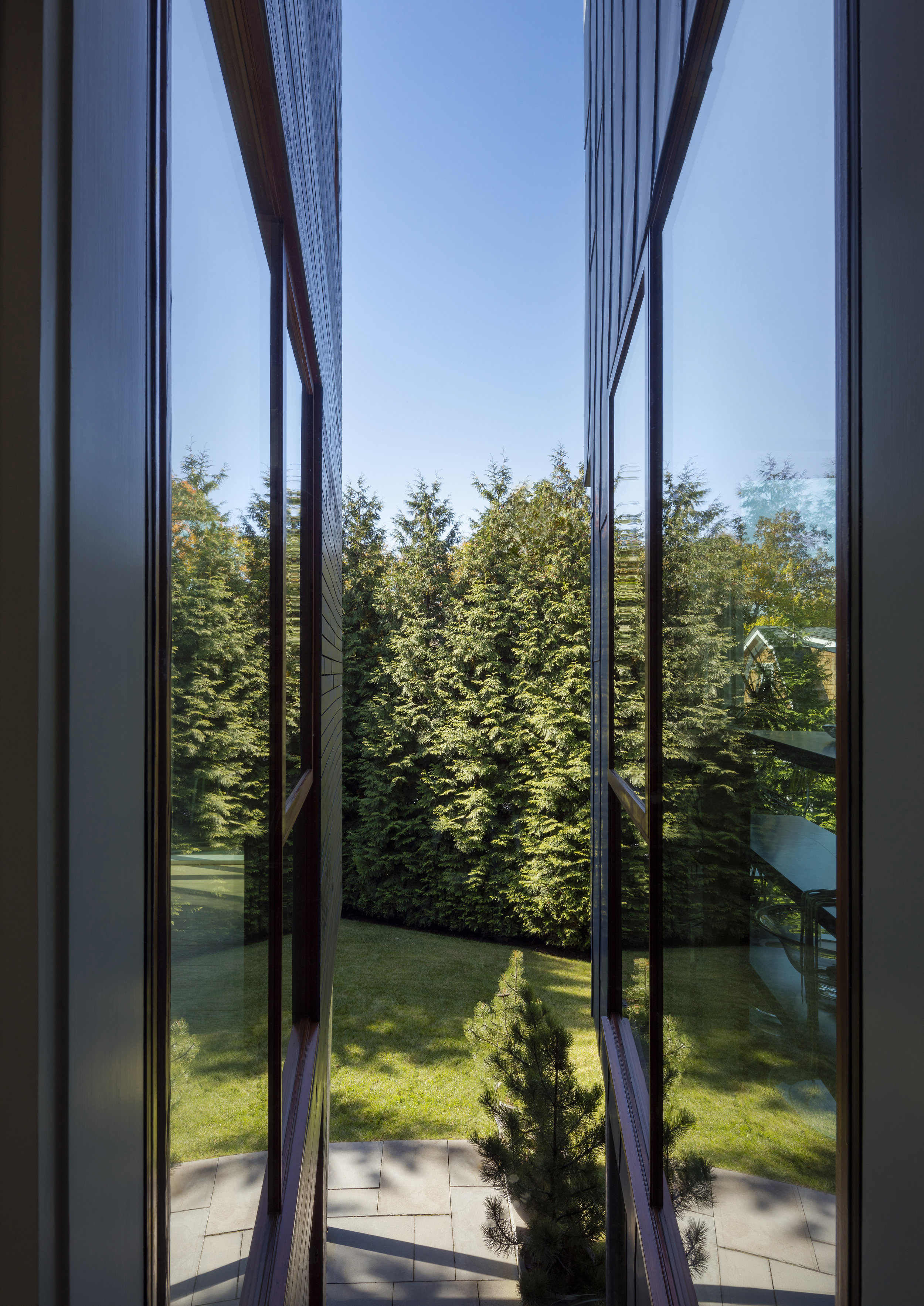 expansive parallel glass wall protrusion