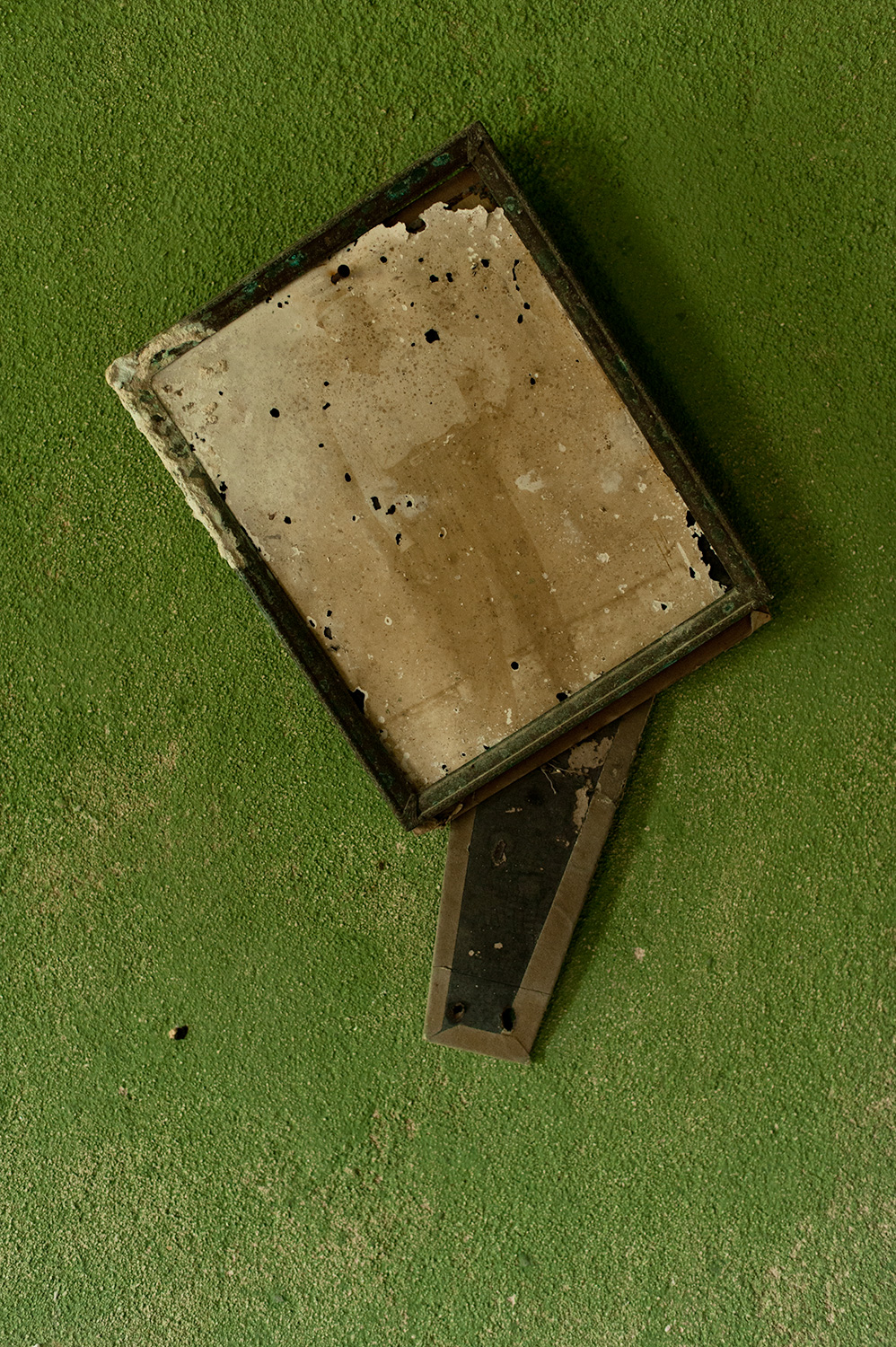 160210_photograph_on_the_wall_of_an_abandoned_home_1406.jpg