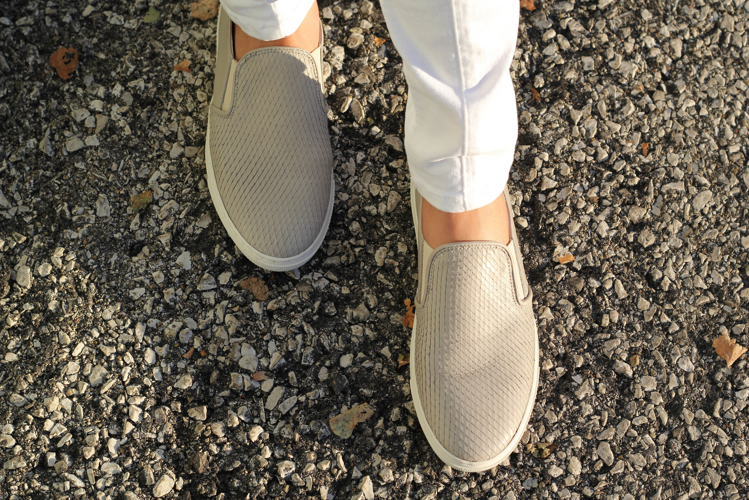 And finally, the last detail I have to share! These snake textured slip-ons from O'Moda basically walked off the shelf with me when I left the store in The Netherlands. These are one of my favorite pairs of shoes because besides their color that matches with basically everything, they still have a cool and interesting texture. They are chic and comfortable, something you don't find very often!