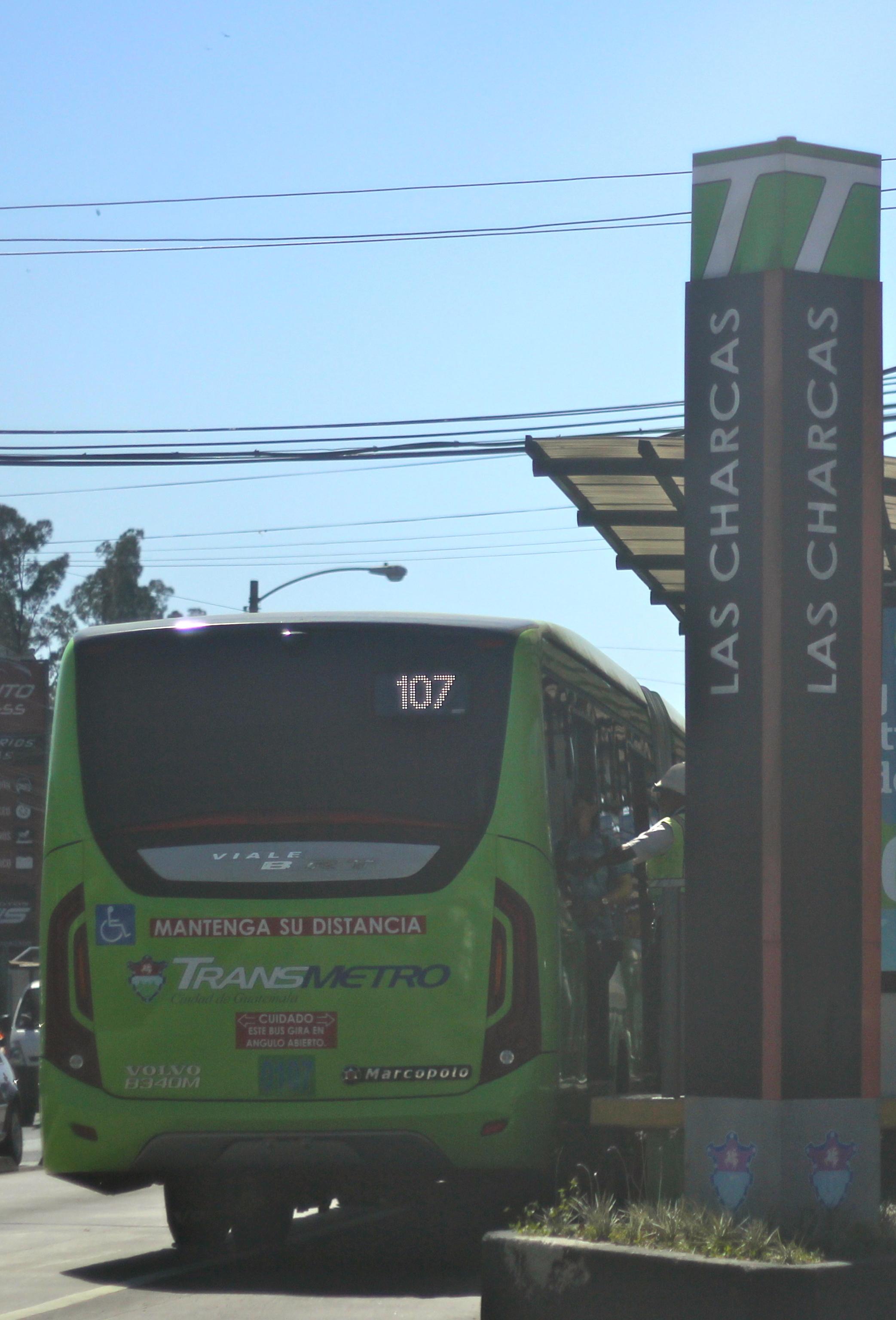 Unidad articulada del sistema Transmetro llegando a la parada Las Charcas.