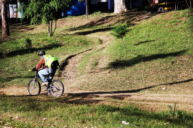 Ciclista en arriate central de San Cristóbal. Foto: Rudy Herrera