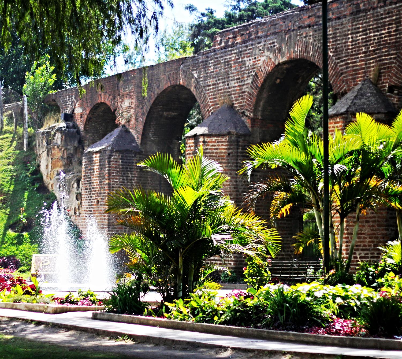 Pequeño parque con jardínes, a lo largo del Acueducto de Pinula o de la Culebra. Foto: Rudy Herrera