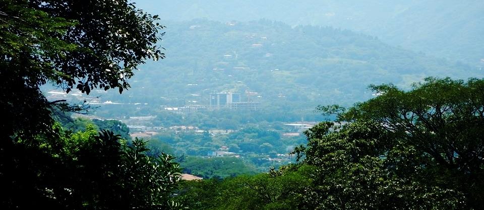 Costa Rica es un caso útil por ser un país pequeño, de ingresos medianos altos, capaz de tener un buen desempeño como economía verde y a la vez construir una marca de país verde . Foto de San José por Ignacio Esquivel. 2014