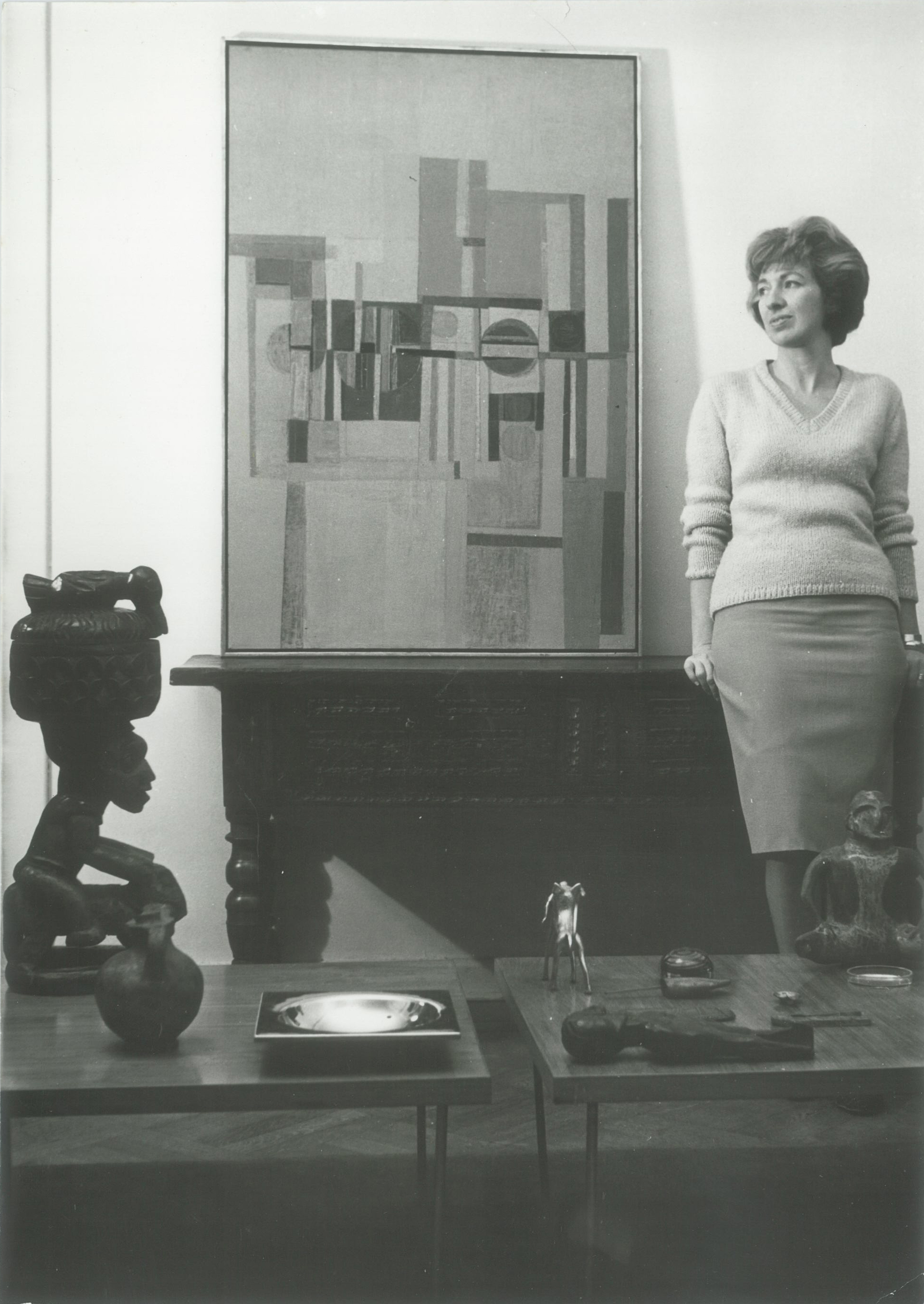Sarah Grilo in her studio with one of her paintings. Buenos Aires, ca. 1950  Photo: © José Antonio Fernández-Muro