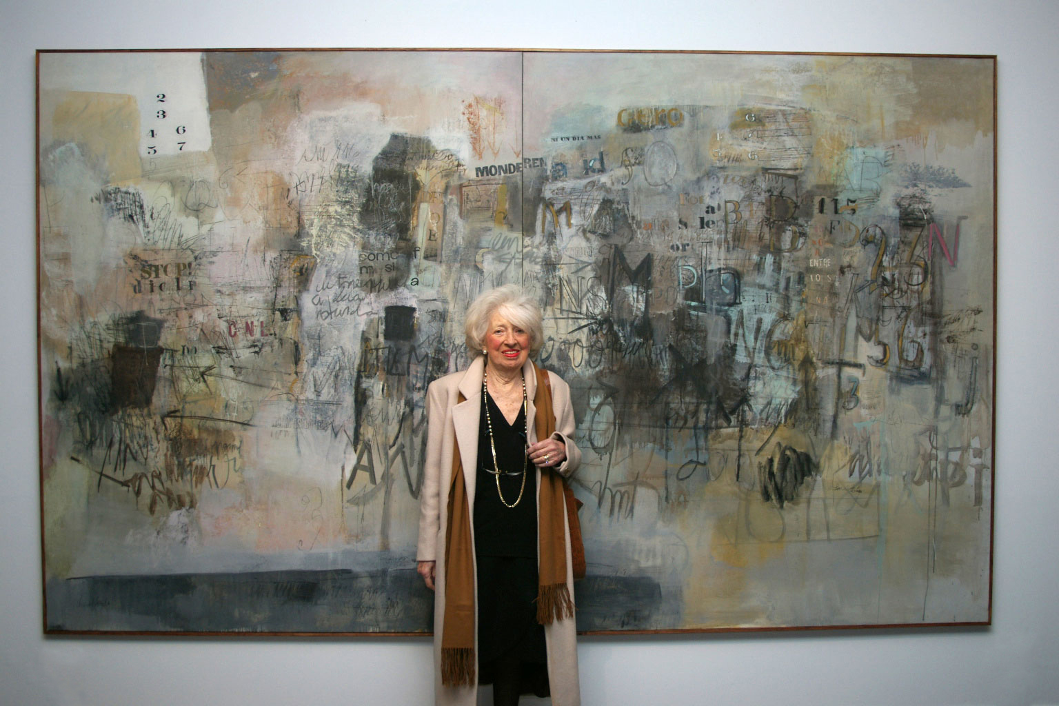 Sarah Grilo with one of her paintings,  Ni un día más  (1966), portrayed by his grandson, Mateo Fernández-Muro. Madrid, 2007  Photo: Mateo Fernández-Muro © The Estate of Sarah Grilo