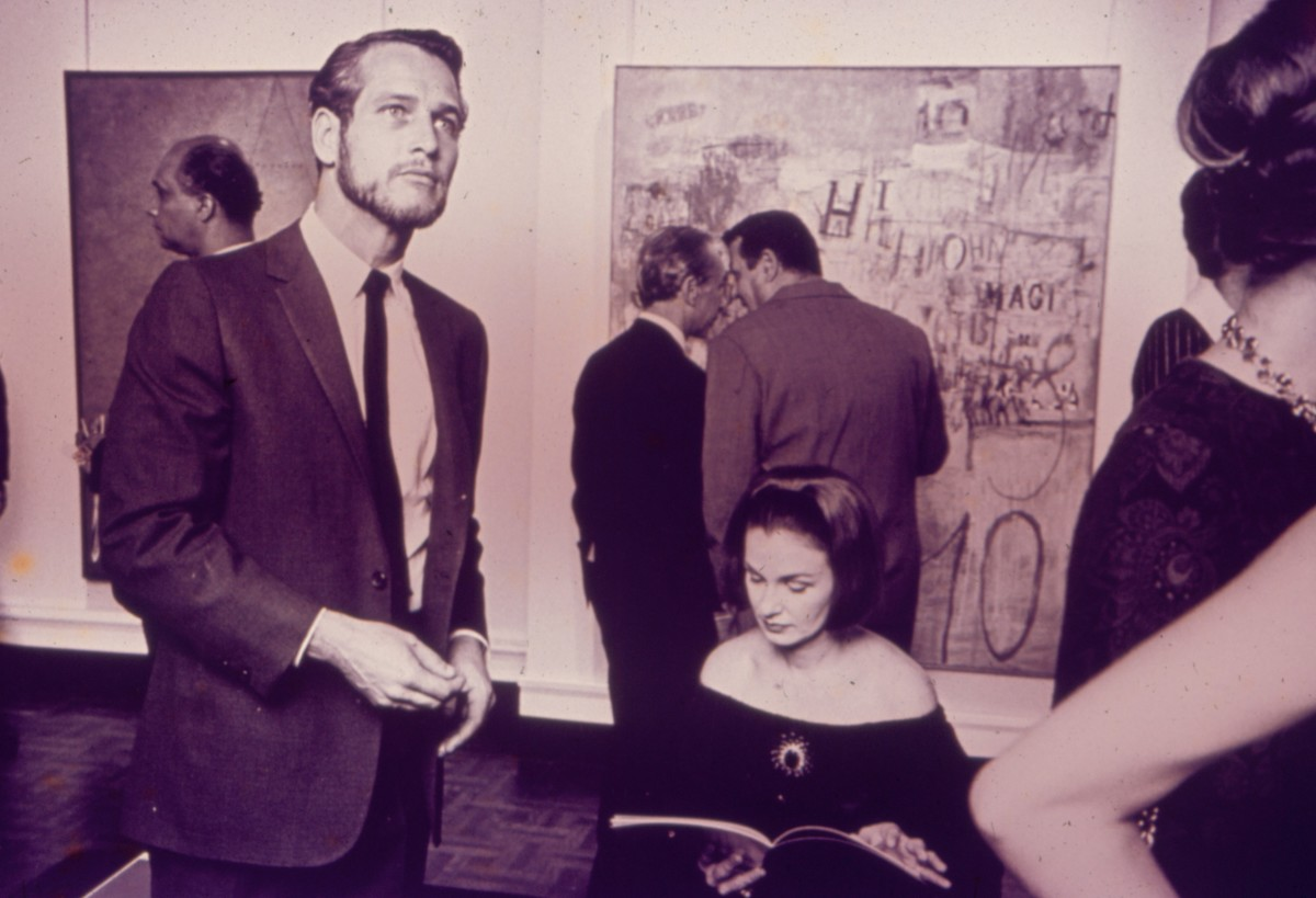 """Paul Newman and Joanne Woodward in the opening of """"Magnet: New York"""", in Galeria Bonino, New York, 1964. A work by Sarah Grilo, """"Charge"""" (1964), is showing in the background. Photo: © Lisl Steiner"""