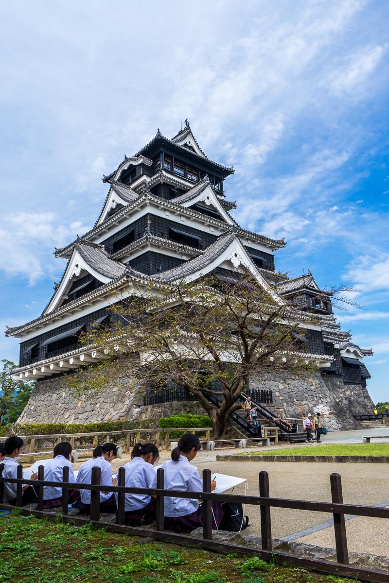 熊本城大天守三重六層建築展現 出色的 線條、曲度及外型,學生寫生的最愛。右側是小天守當年城寨夫人的居所。