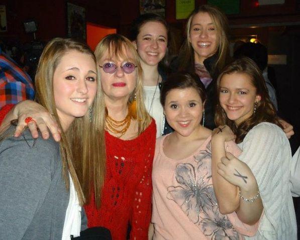 songbird-sings-robin-lane-with-young-women.jpeg