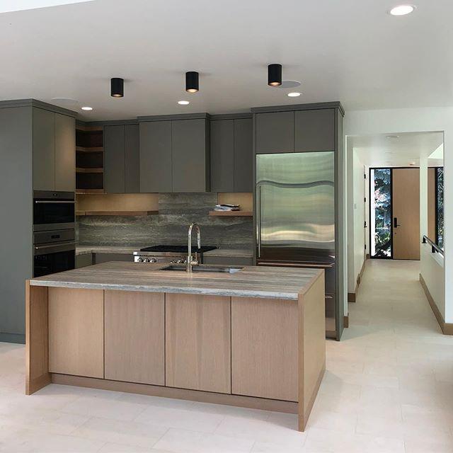 Coming along! . . . #hannahgalbreathdesign #interiordesign #utahdesign #moderndesign #eightiesfab #nofilter #kitchendesign @collection_id