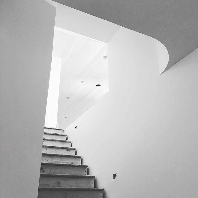 Cool contours at a job in progress... #hannahgalbreathdesign #utahdesign #newbuild #interiordesign #stairs @aqua_di_joe  #moderndesign