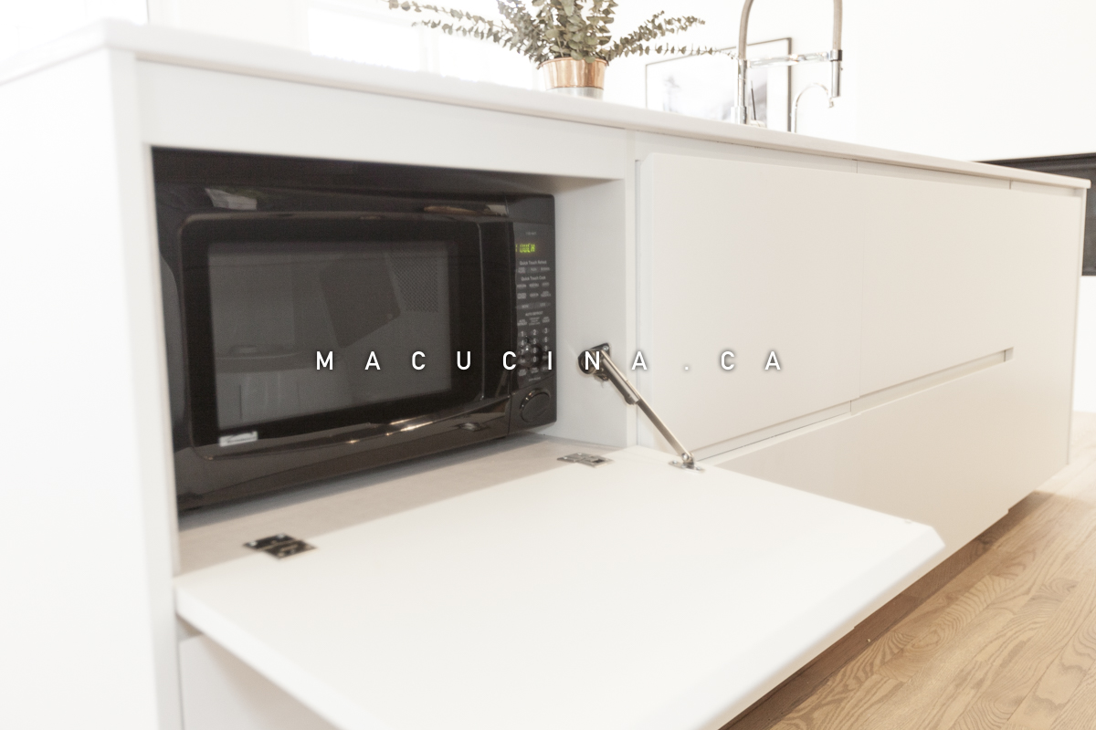 Cuisine avec espace de rangement sur mesure pour micro-ondes