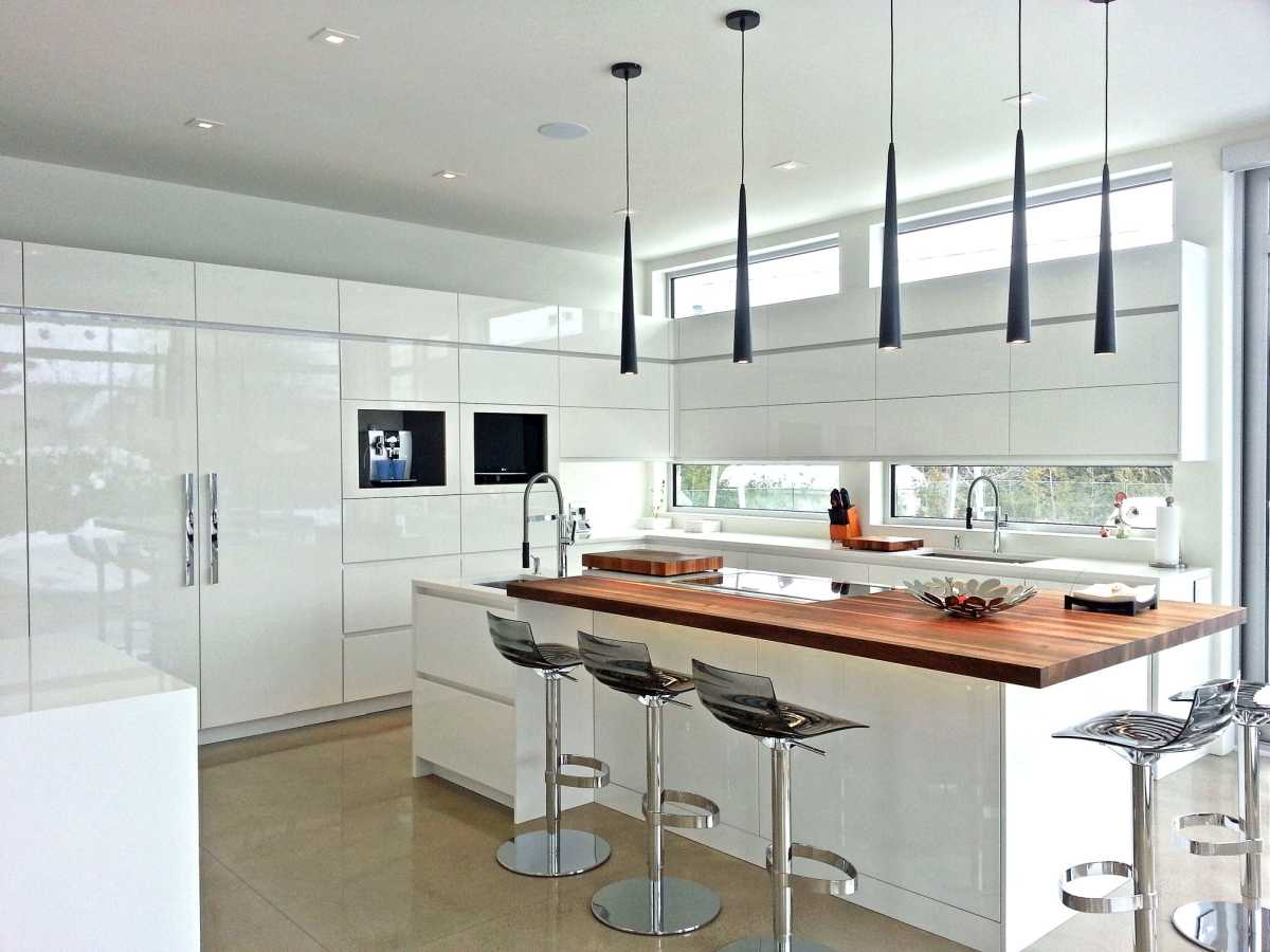 Cuisine-blanche-1-moderne-armoires-blanches-laque-italienne.jpg