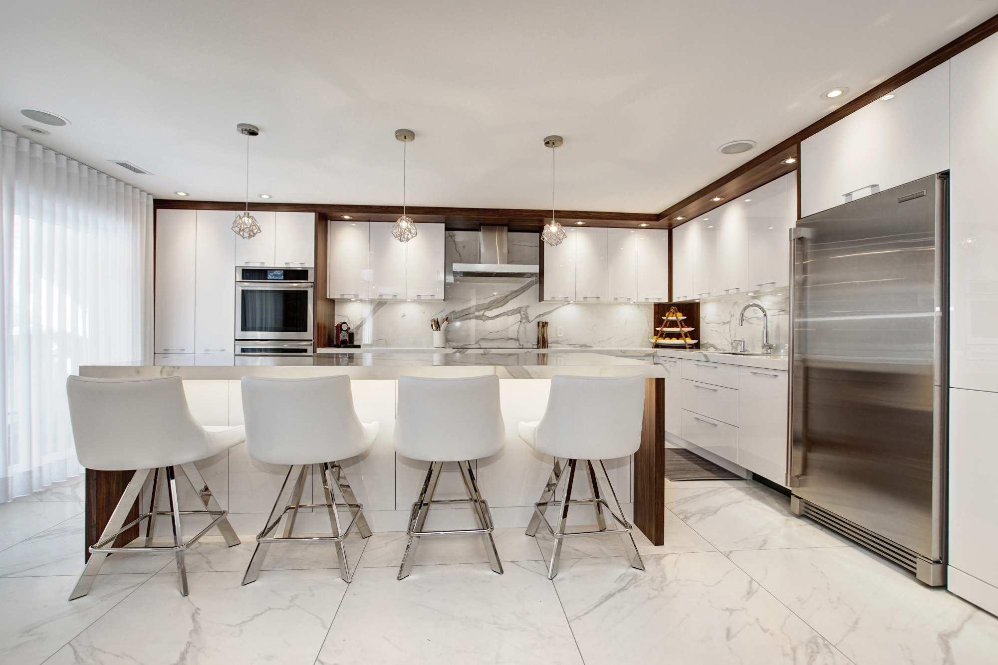 Cuisine-blanche-10-cuisine-contemporaine-blanche-armoire-cuisine-acrylique-lustree.jpg