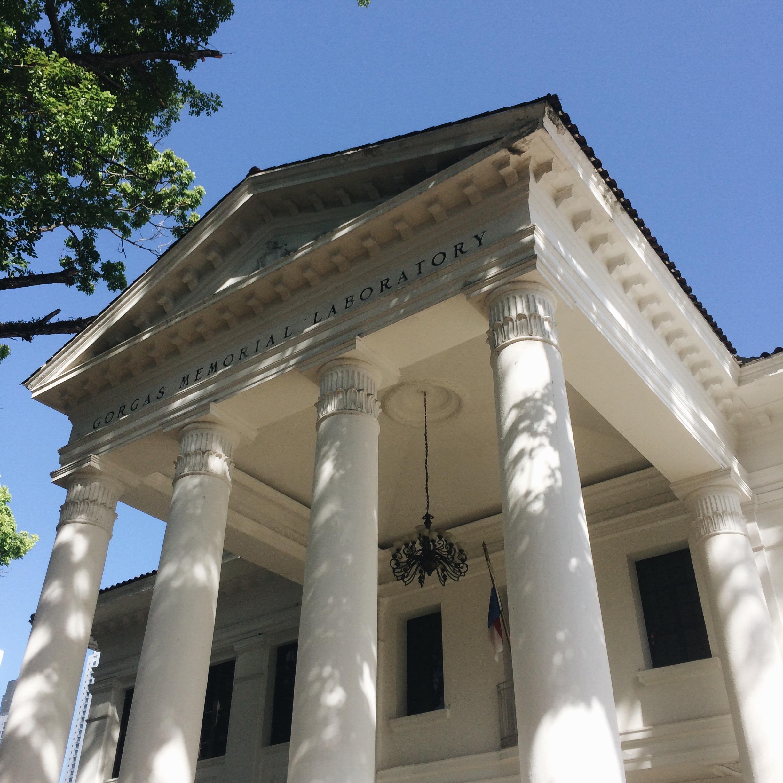 El edificio tiene una arquitectura neoclásica.