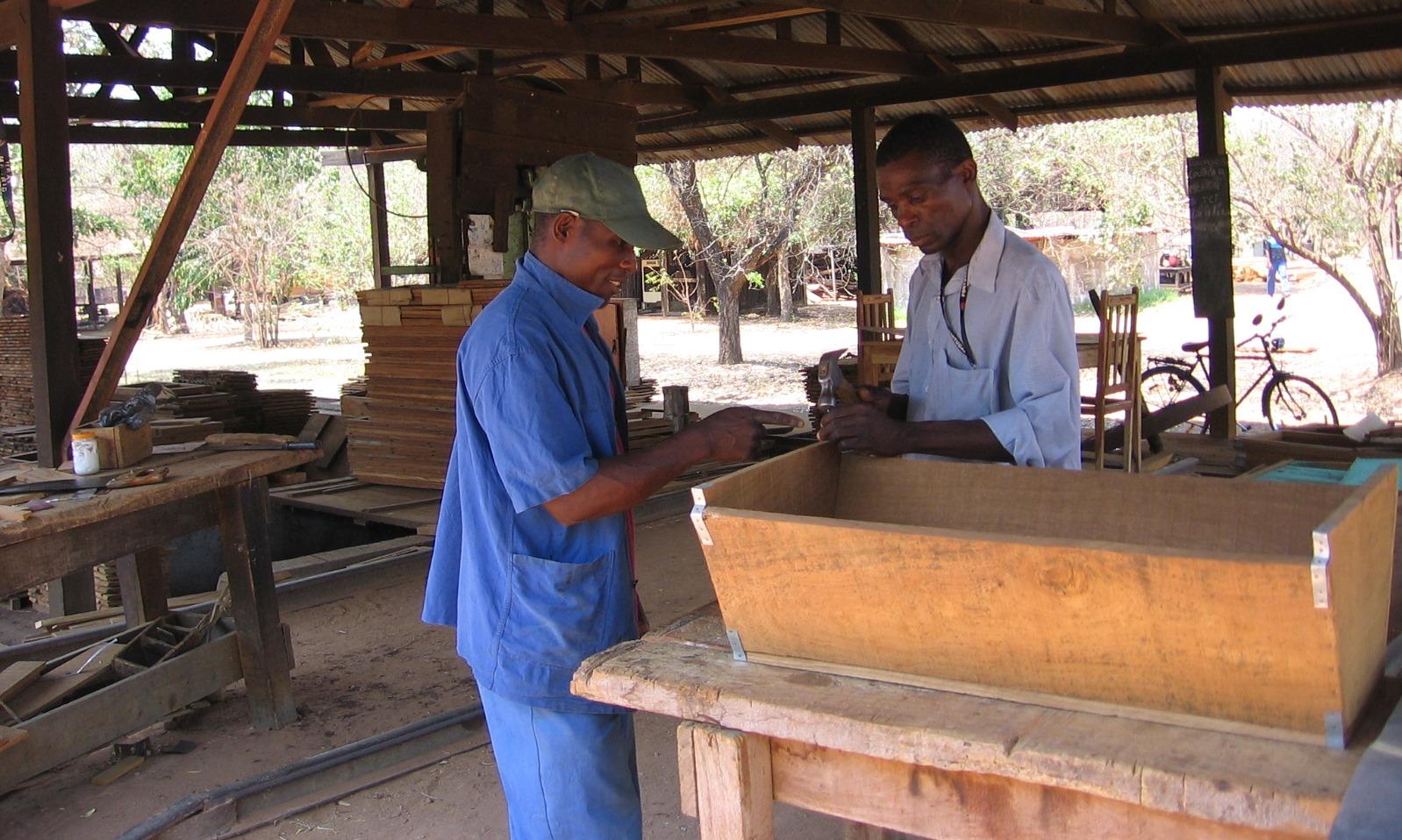 Todas   as colmeias são fabricadas a partir de Madeirade Moçambique - All hives are manufactured using Mozambican hardwood timbers