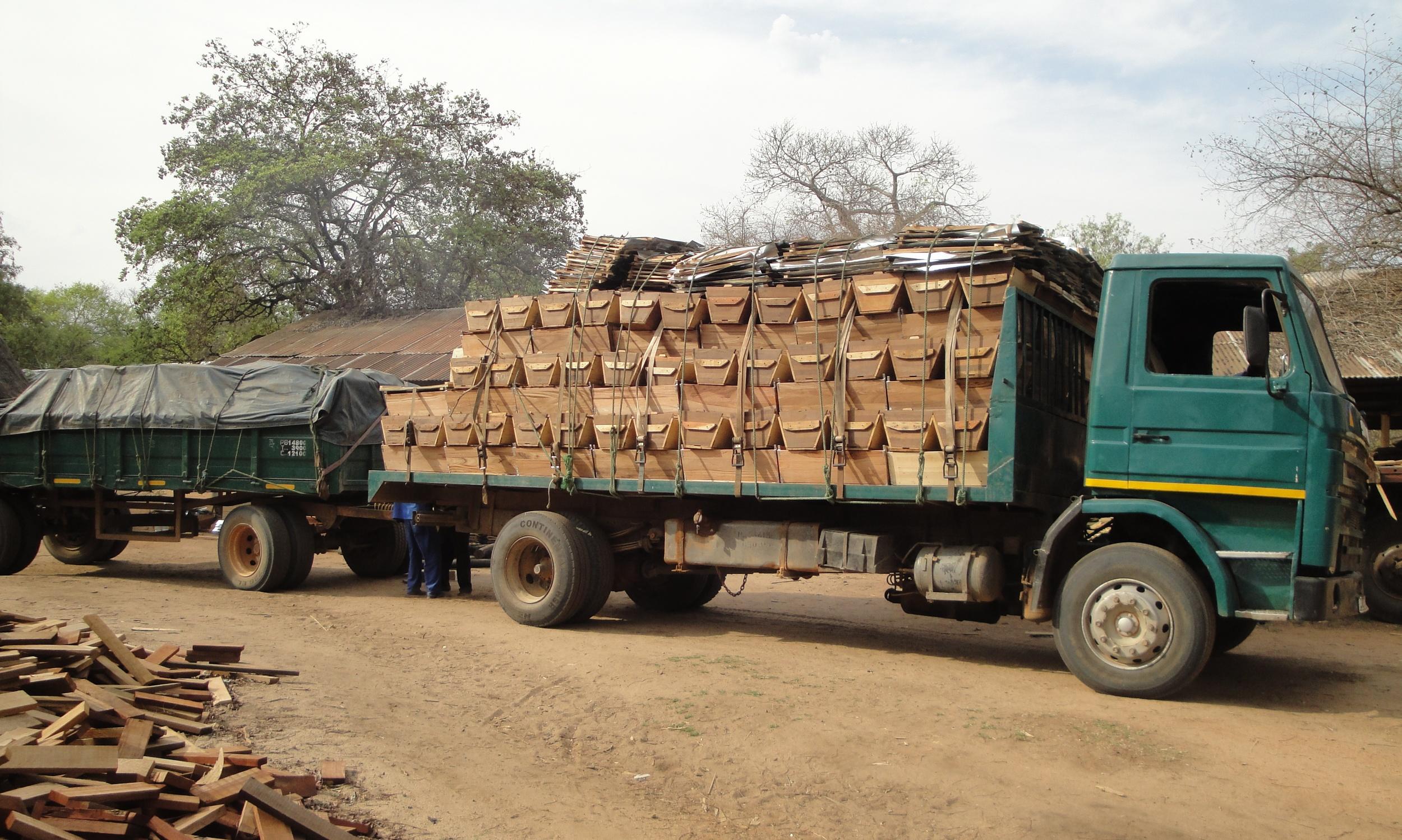 Camião a sair com encomendas  - Truck leaving with a delivery