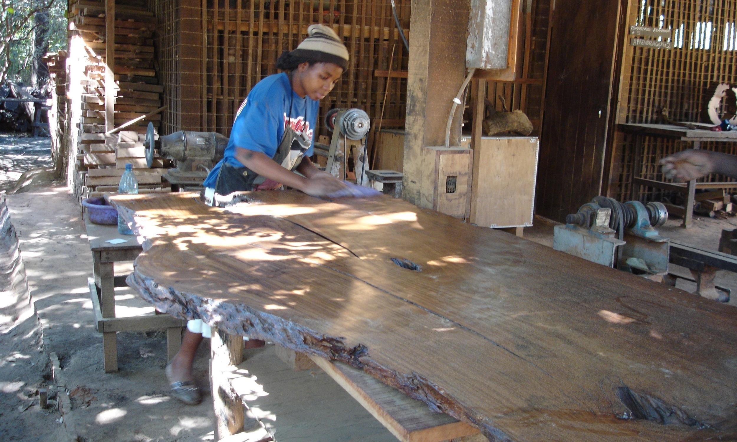 Acabamento à mãe de placas  - Hand finishing a slab